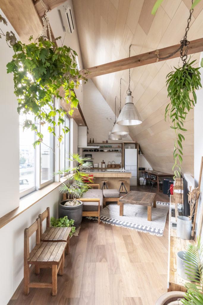 2階東側から奥のキッチンを見る。