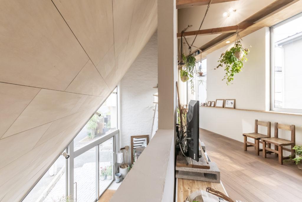 2階の壁が一部切り取られていて、そこから1階と道路を見下ろすことができる。