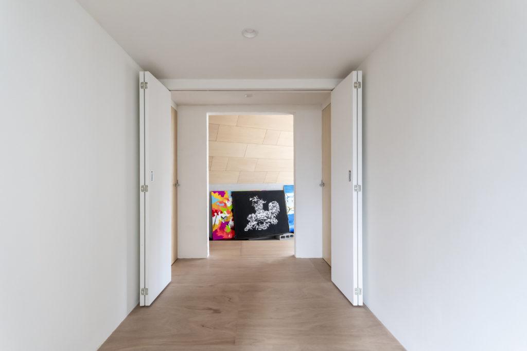 手前は主寝室。このように扉を開けるとギャラリーにすることもできる。