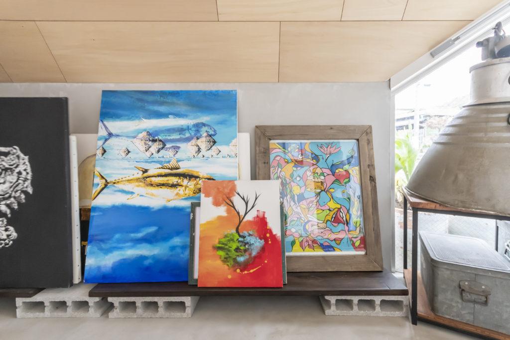 いちばん右の作品はニューヨーク・クイーンズ地区で発行されている雑誌の表紙となり、また個展を開くきっかけにもなった。