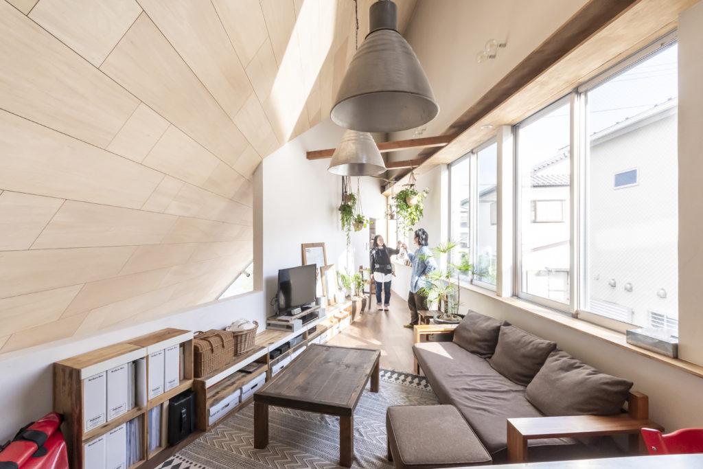 屋根・壁・床のすべてを105角のベイマツで構成することなどによりそれらの厚みを抑え、その分居住スペースを広く取った。