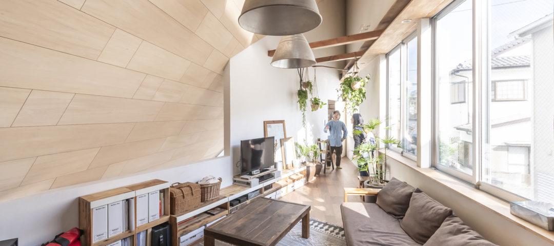 ギャラリーのある三角の家 インスパイアしてくれる空間で 快適に暮らす