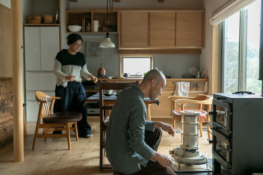 「薪ストーブ用の薪は近くの木材の処分場で分けてくださいます」。薪割りの仕方は木工作家の須田二郎さんに教わったそう。