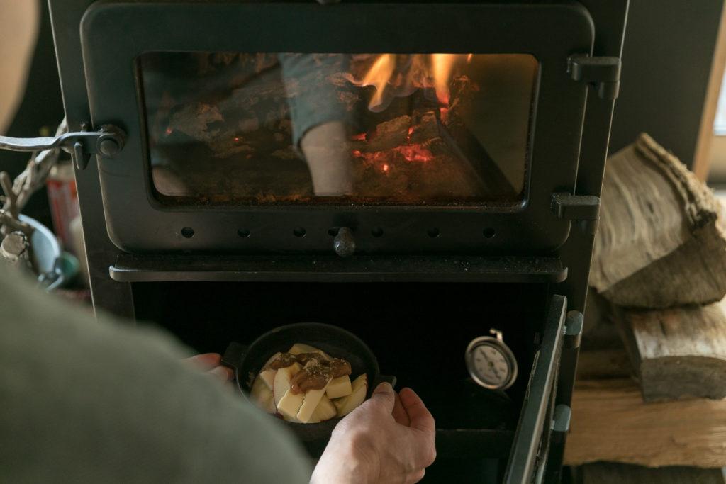 アトリエブンゴのハンドメイドの薪ストーブは、下でオーブン料理を楽しめる。