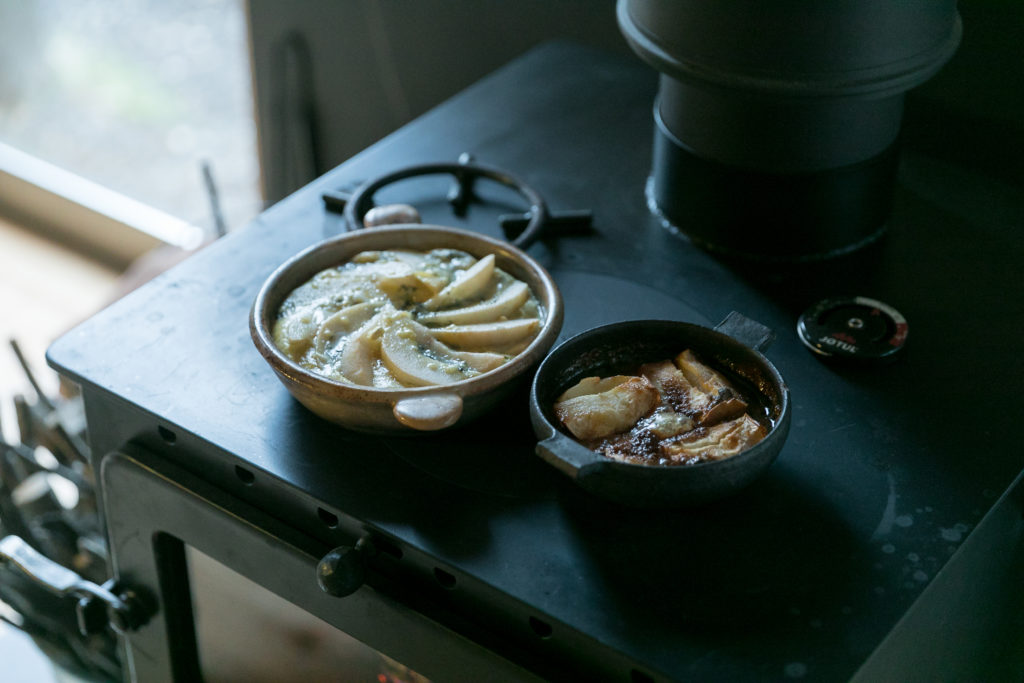 薪ストーブで作る出来たての料理は格別。オーブンにも入れられる器が大活躍。