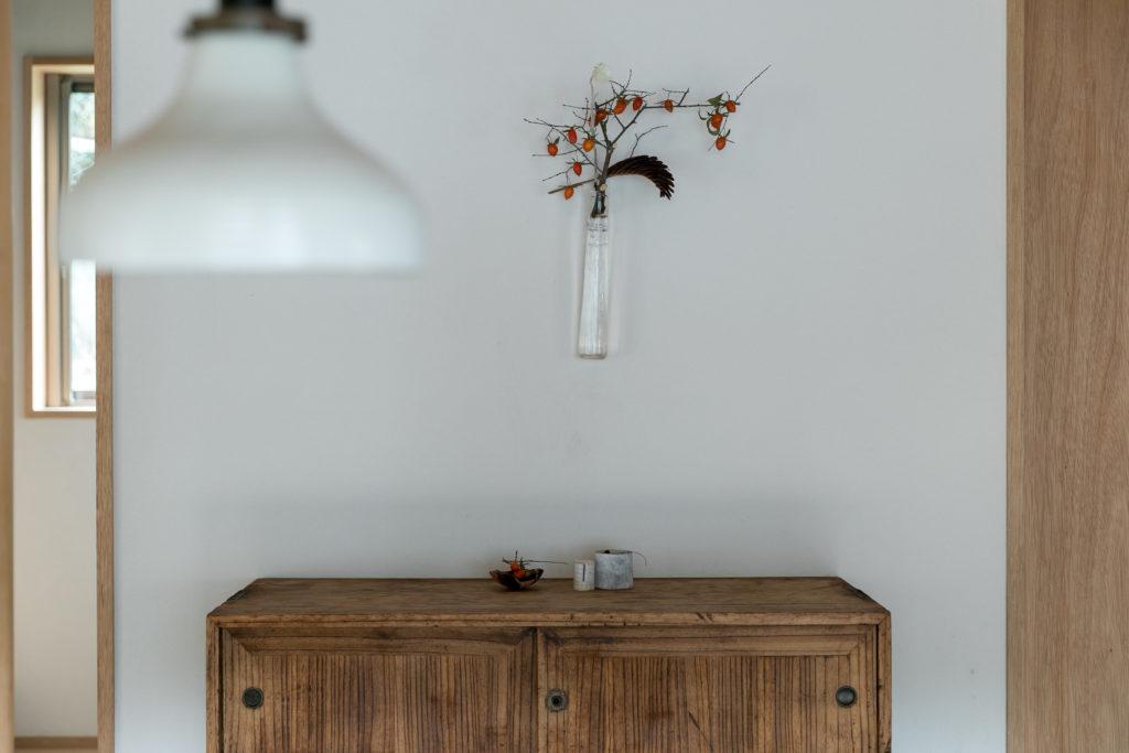 ガラスの花器の透明感が、凛とした冬らしさを感じさせる。「氷柱のような李慶子さんの作品です。カサカサっとした花によく似合います。夏は涼しげに使うことができます」