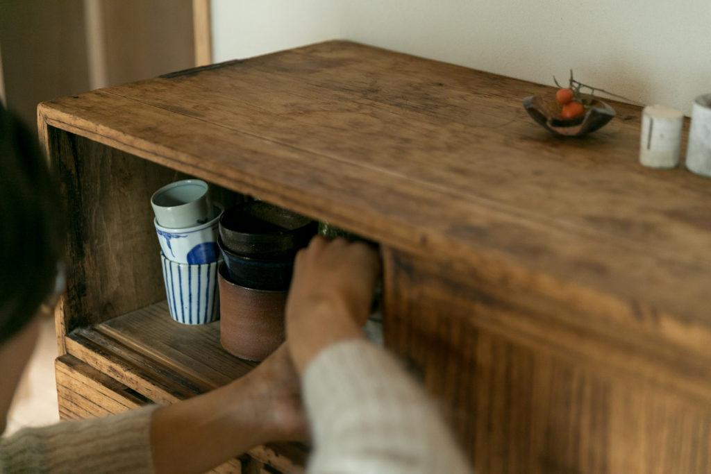 調布の神社の境内で開かれていた骨董市で手に入れた桐製の茶箪笥。「やすりをかけて塗装を落として使っています」