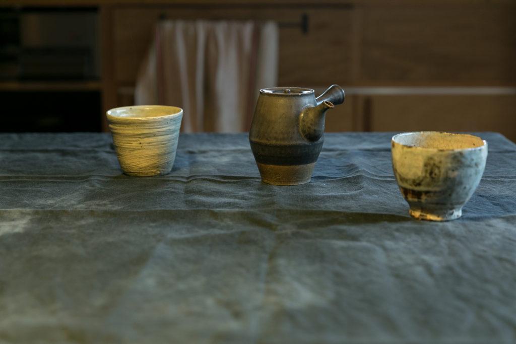 左が吉岡萬理さん、右が小野哲平さんの湯のみ。急須は角掛政志さん作。