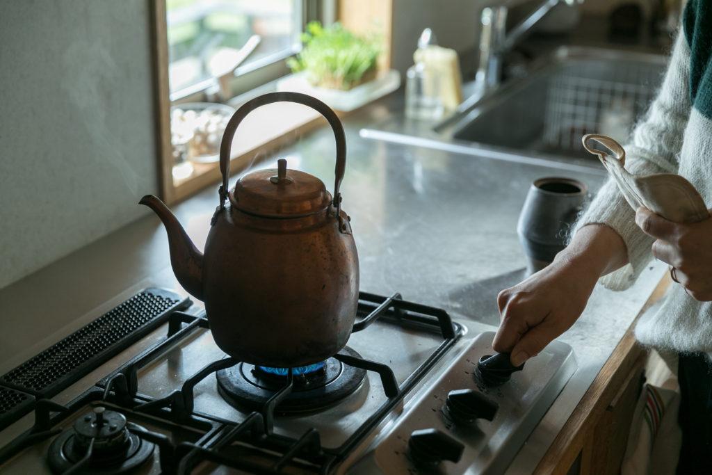 使い込むほどに味わいが増す素敵な銅のやかん。「ほんとうは鉄瓶を使いたかったようですが、お湯をわかすたびに錆びないように中を乾かす作業は僕には無理だと諦めてもらいました(笑)」と淳さん。