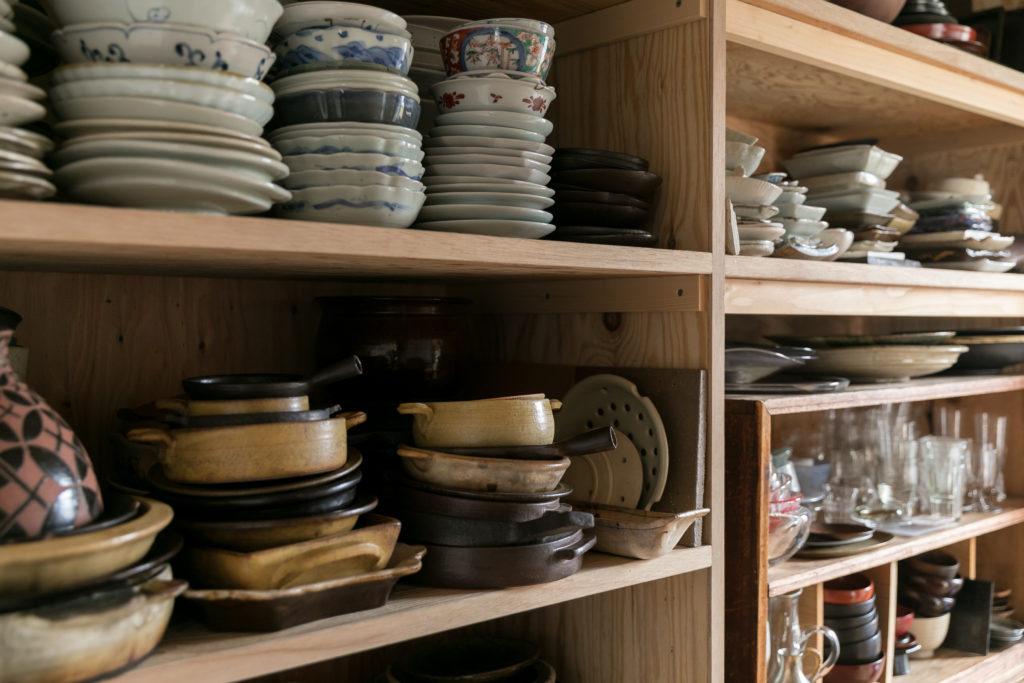 器はキッチン横の小部屋のオープン棚にも収納。器のためのウォークインクローゼットだ。