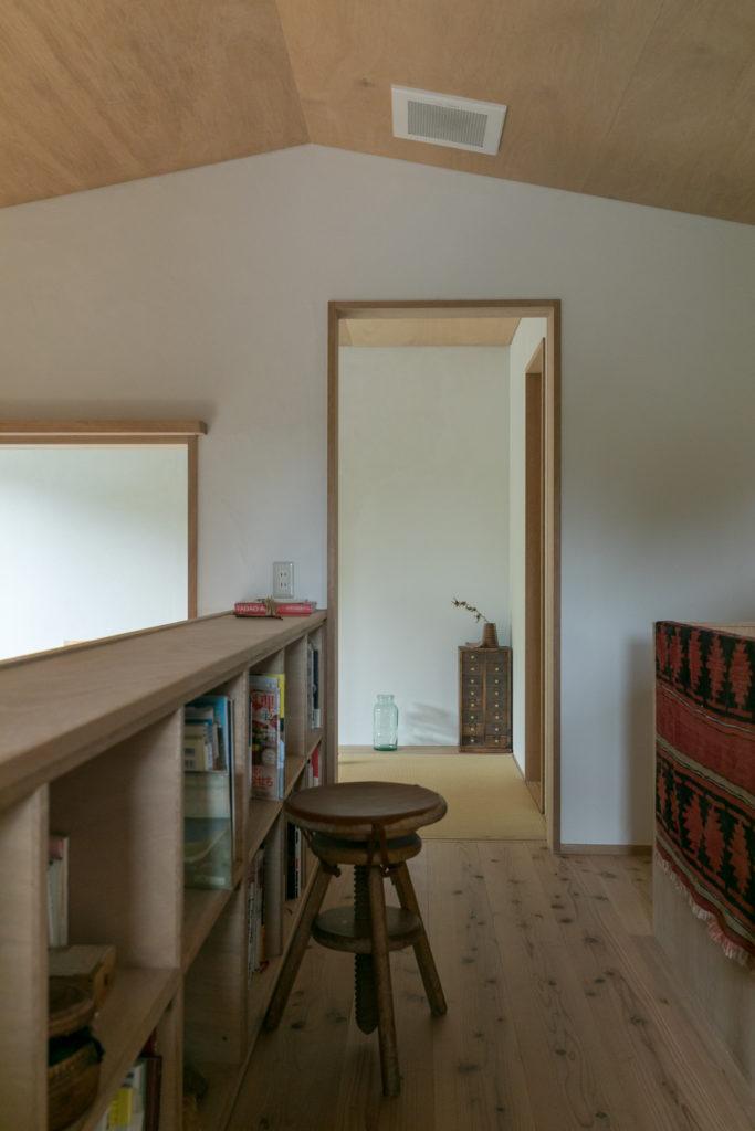 2階の廊下には本棚を設えた。