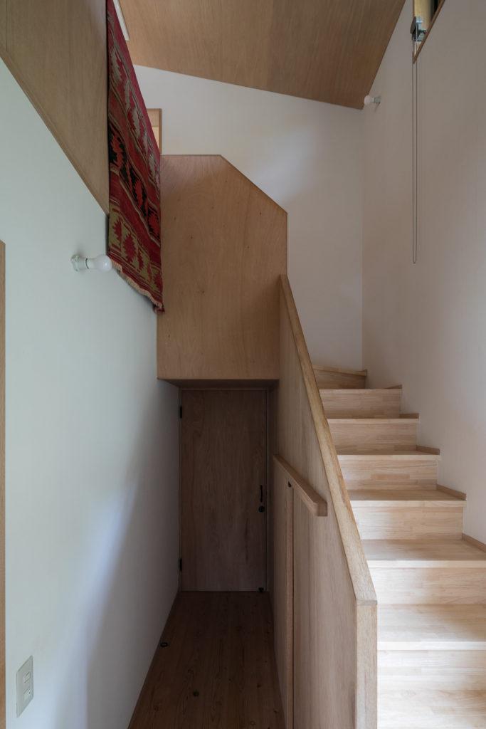 吹き抜けの階段。奥のドアの向こうが洗面室。