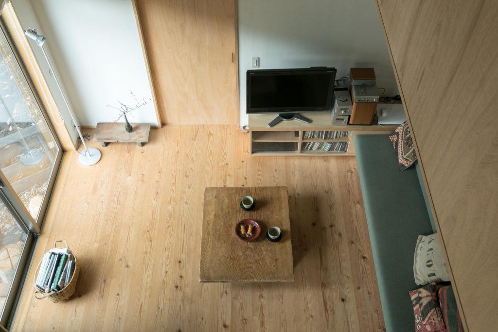 2階から見下ろすと、入夏さんが製作したグリーンのソファが見える。