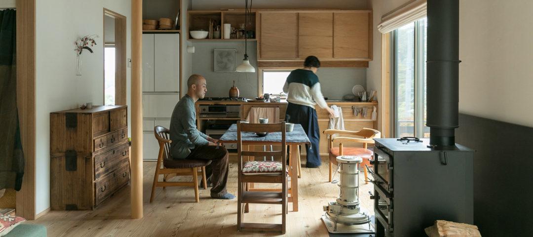 吹き抜けを家の中心に作る あたたかな自然素材の家に 『shizen』の器が映える