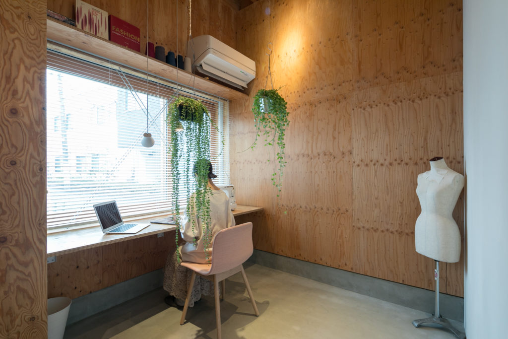 玄関を入るとすぐに現れる土間は、多目的な使用が可能。現在は、ニットデザイナーである直子さんの仕事場でもあり、スタジオとして貸し出すことも。