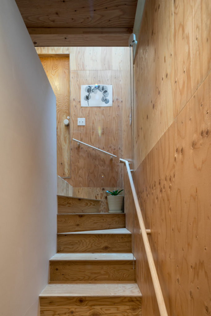 木と白い壁に挟まれ2階へ。オランダ人のX線写真のアーティストALBERT KOETSIERの写真を飾る。