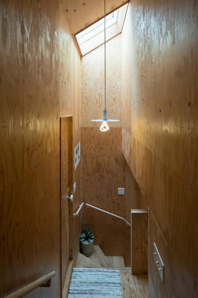 階段にも天窓を設けて明るさを確保。右手がベッドルームへの入り口になっている。