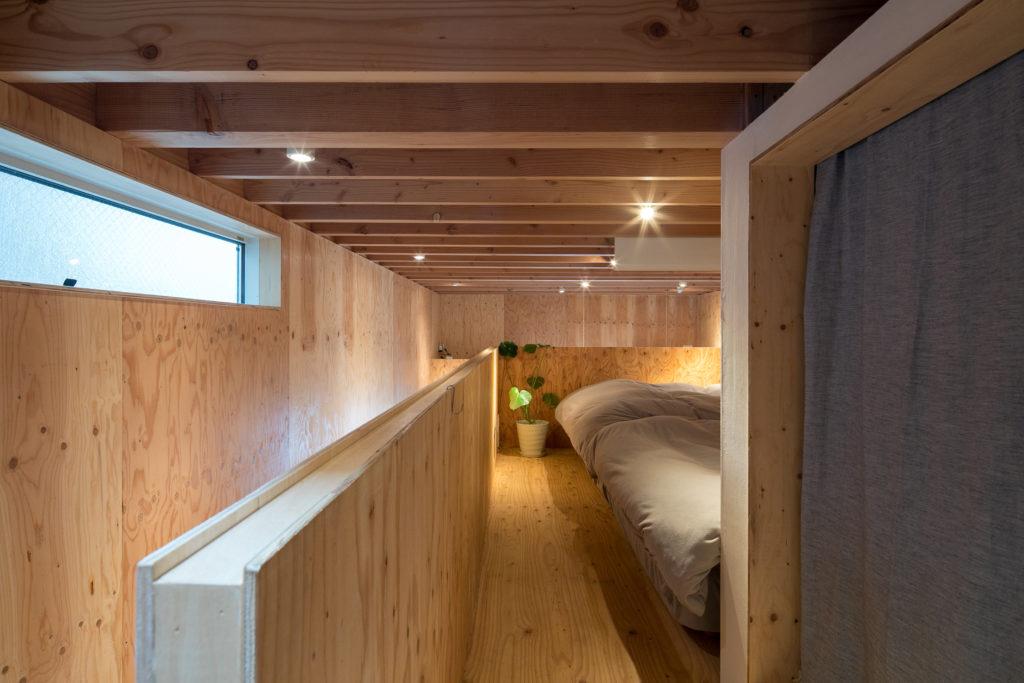 階段側からベッドルームを見る。手前のカーテンの奥には分電盤があり、収納としても使用。