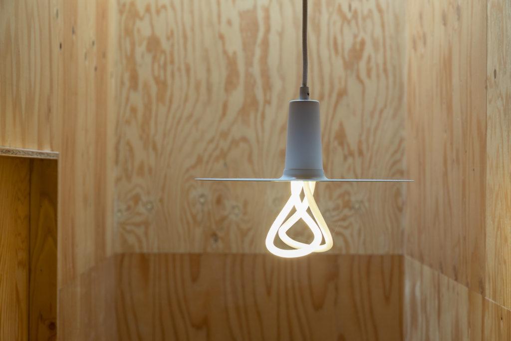 照明選びは、佐々木さんにも相談して特にこだわった。こちらはヨーロッパから取り寄せたPLUMEN。