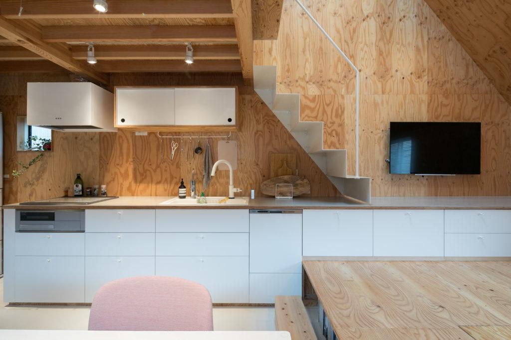 """IKEAの引出しに合わせて設計したキッチン。""""この空間のイメージにぴったりだった""""toolboxの吊り戸棚も採用。"""