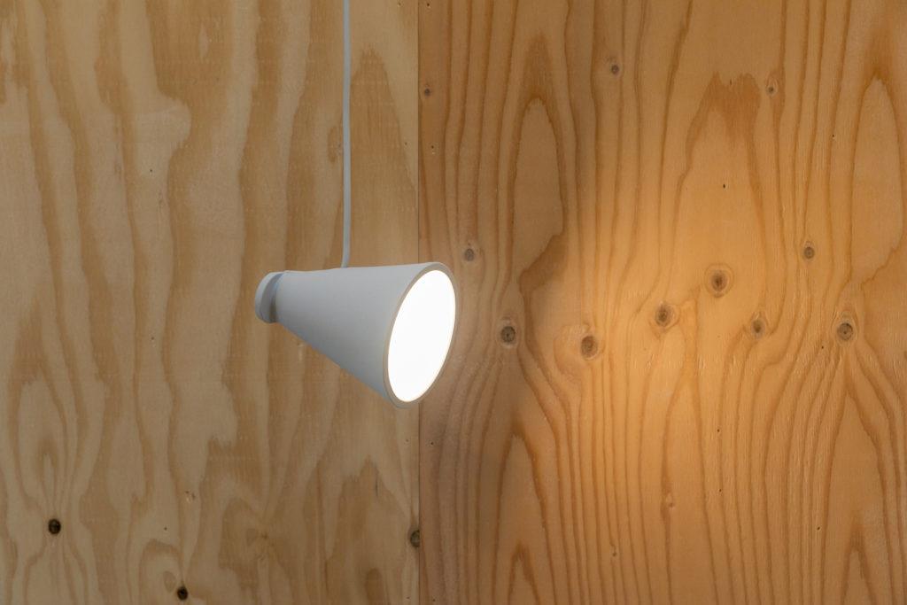 佐々木さんおすすめmenuのBollard Lamp。コードの使い方でライトの向きが変えられる。