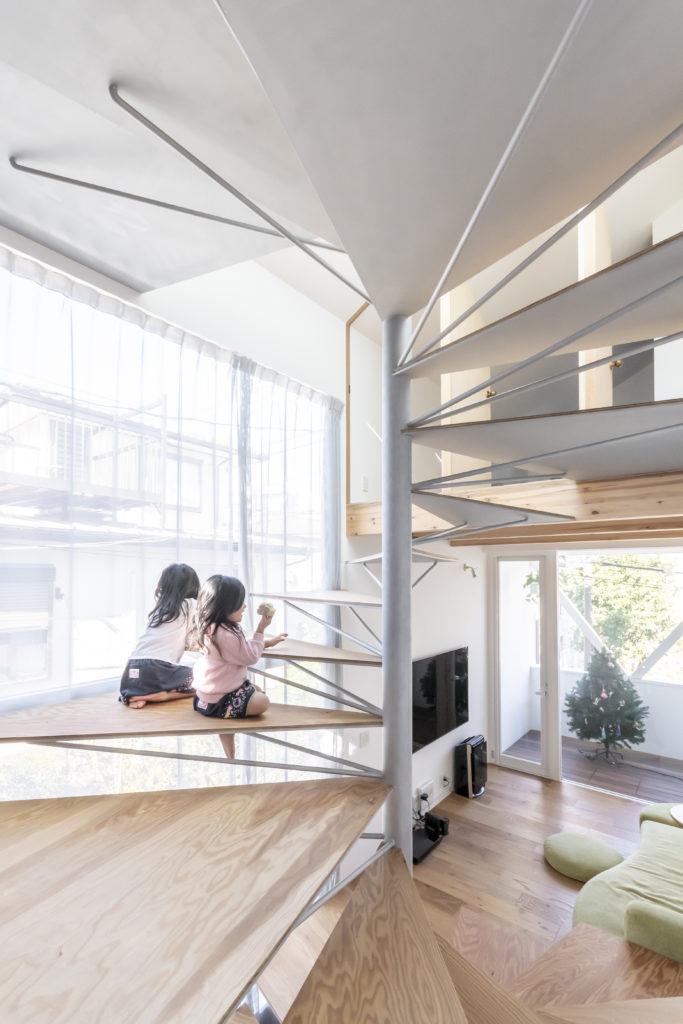 左が室内を明るく照らす大開口。子どもたちにはこの階段がテーブルにもなる。