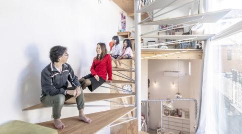真ん中に螺旋階段のある家中庭のような階段を中心に明るく広く暮らす