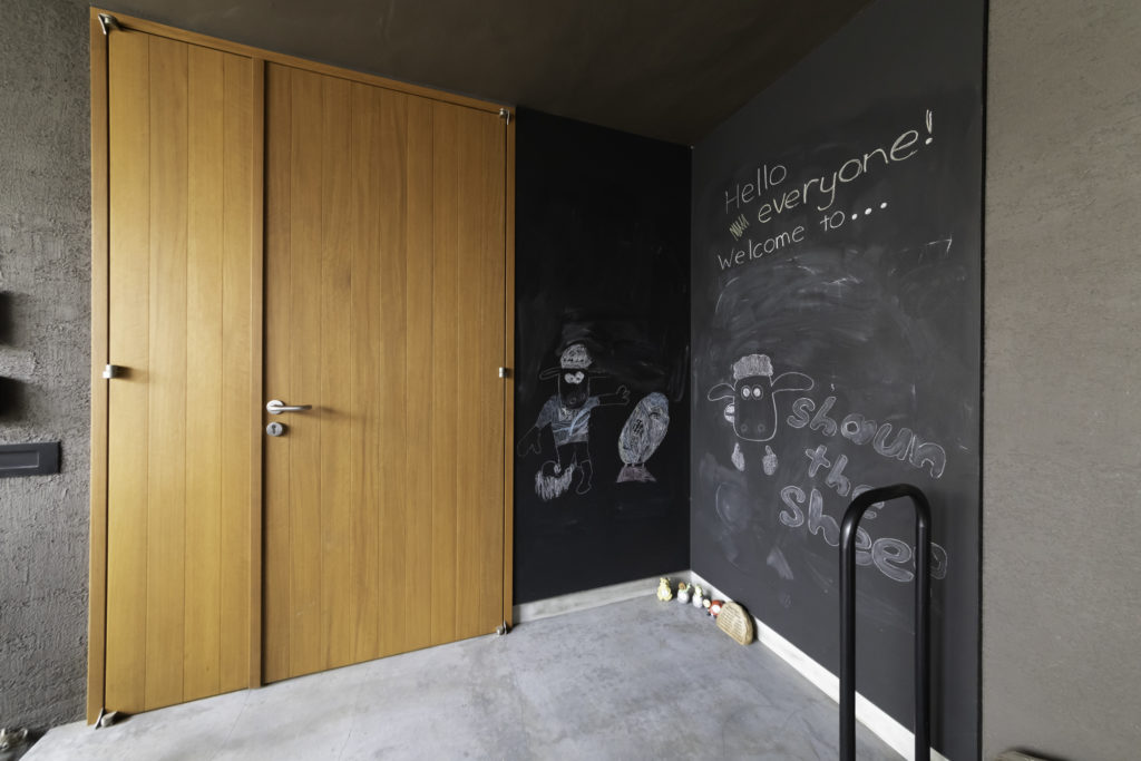 玄関ドアの脇にはブラックボードがあり、子どもたちが描いたイラストで客人をお出迎え。
