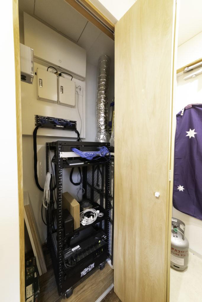 玄関脇の作業ルーム内に、全館空調機『デシカホームエア』(ダイキン)を設置。調湿換気機能付き。