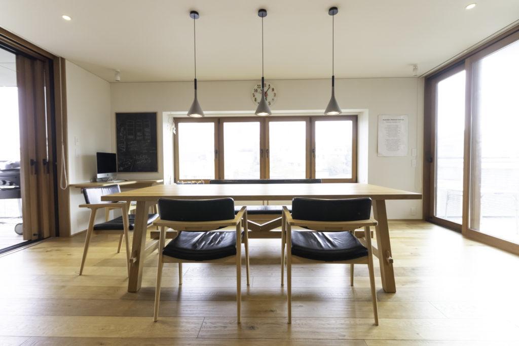 ダイニングの椅子は広島の家具屋でオーダーしたもの。照明はイタリアの『ルミナベッラ』。