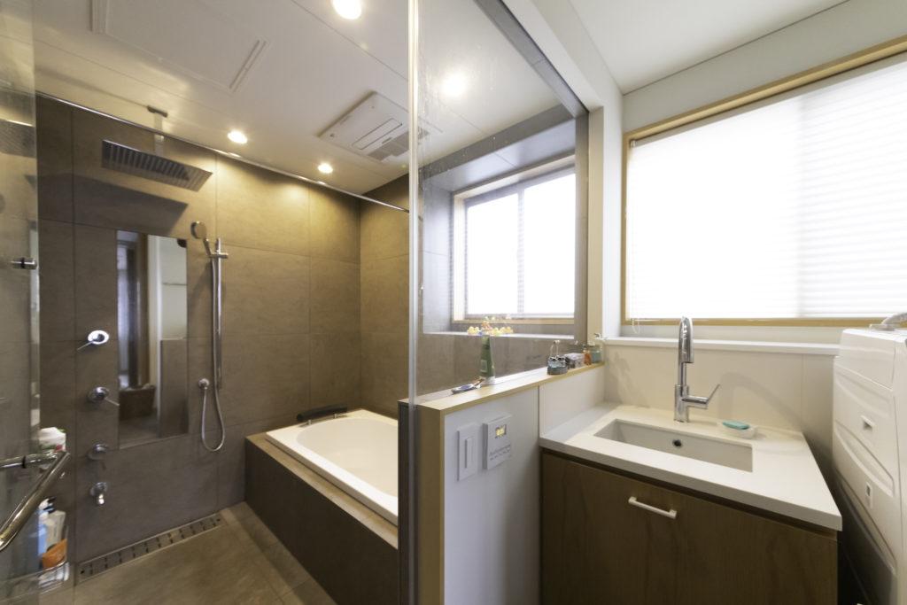 元は外国人用の賃貸住宅だったため、各ベッドルームにシャワールームがあるだけでお風呂はなかった。「老後を考えて、1階で生活が完結するようにお風呂を造りました」(並子さん)