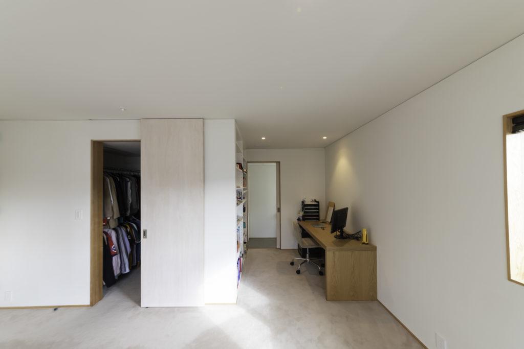 2階のマスターベッドルームに併設したウォーキングクローゼット(左)と書斎。奥はトイレになっている。
