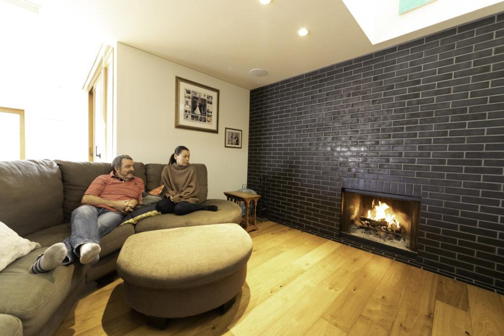 既存の住宅からあった暖炉。大きなソファは『IKEA』。家族4人で、だれが寝そべるか、取りあいだそう。