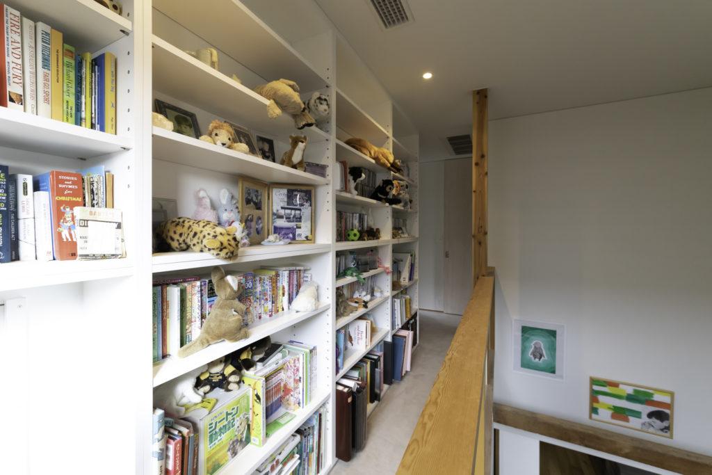 2階の寝室をひとつ減築して吹き抜け(右側)を造った。天井まで延びた書棚には子どもたちの楽しい本が収納されていた。