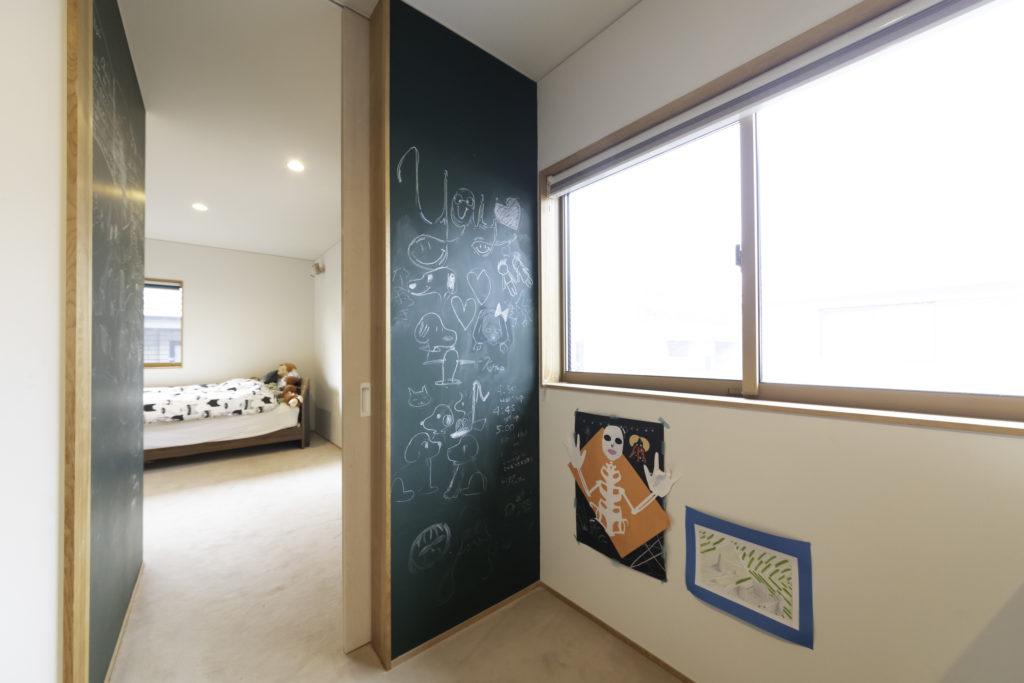インターナショナルスクールに通う花ちゃん(14歳)と海くん(12歳)の部屋。仕切るのはブラックボードの板で、遊び心満載。