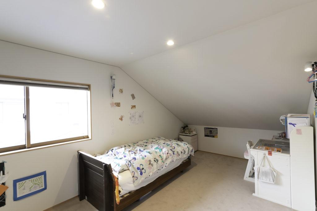花ちゃんの部屋。勾配天井を生かし、可愛らしい空間に変身。