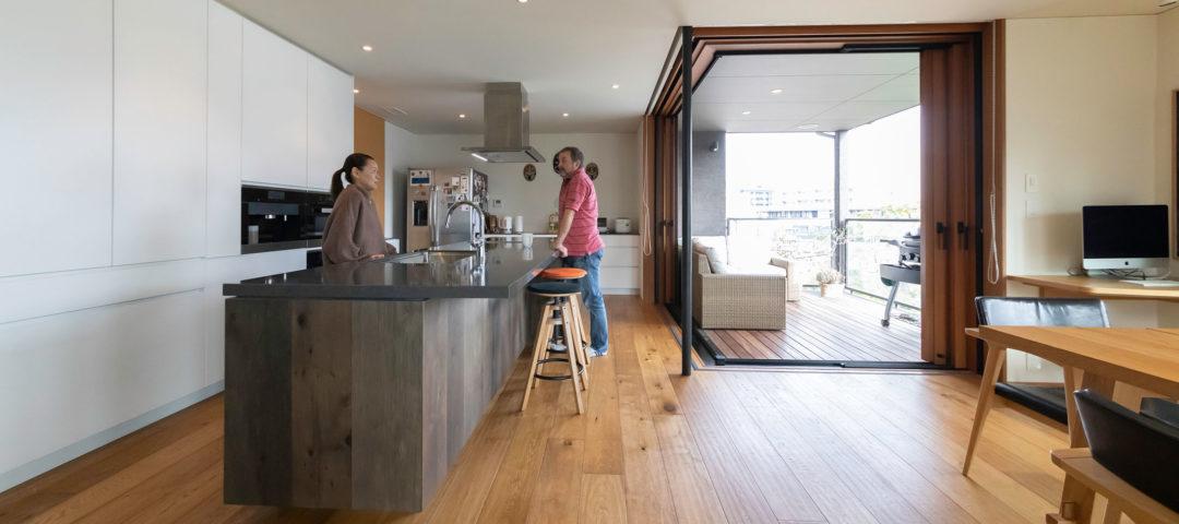 築40年の木造住宅をフルリノベ  都心のアウトドアリビングで 景色&バーベキューを堪能する