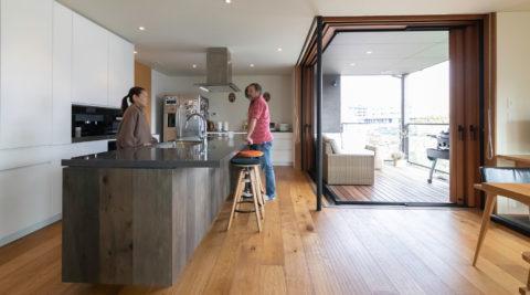 築40年の木造住宅をフルリノベ都心のアウトドアリビングで景色&バーベキューを堪能する