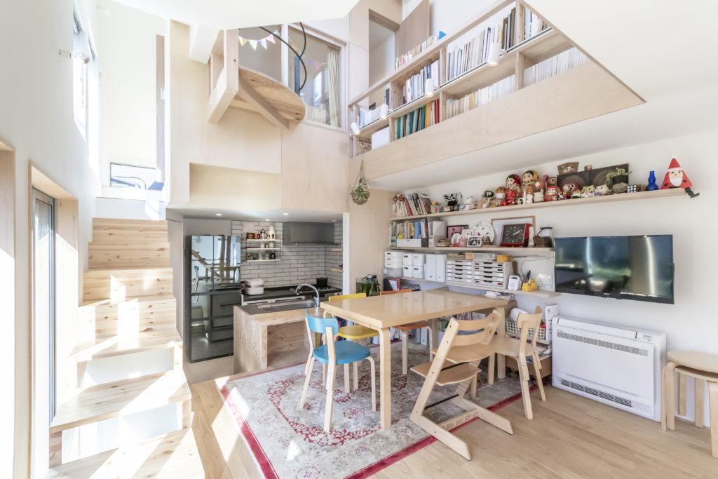 2階のダイニングとキッチン。左はキッチンの上の長女の部屋へつながる階段。長女の部屋からはライブラリーを通りテラスへ行くことができる。マミさんは回遊できる空間に憧れていたがこの家の面積からすると無理だろうとあきらめていたという。