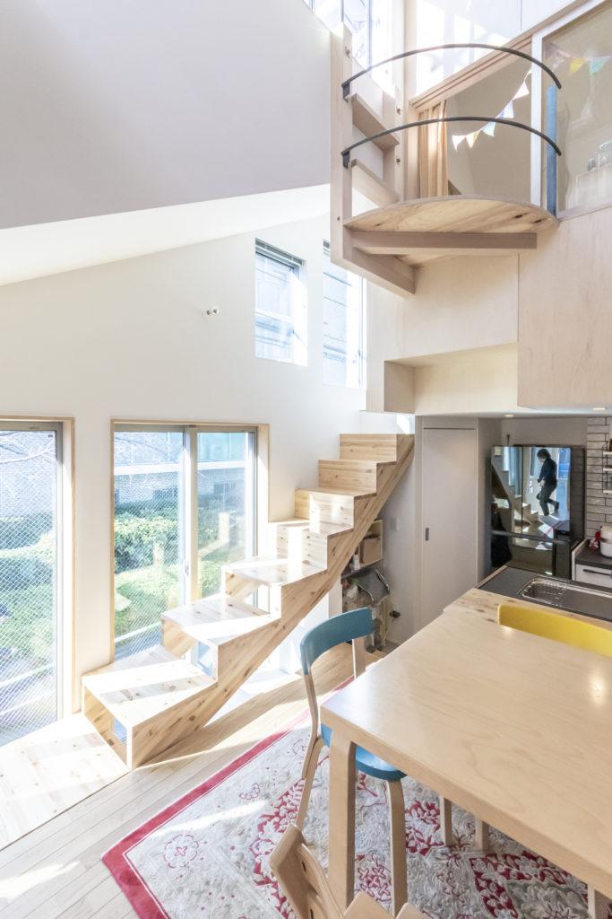 「役割をまず決めたうえで、各自が使い方を考えればいい」と話す田中さん。「この階段はみんな椅子みたいに使ってます」。
