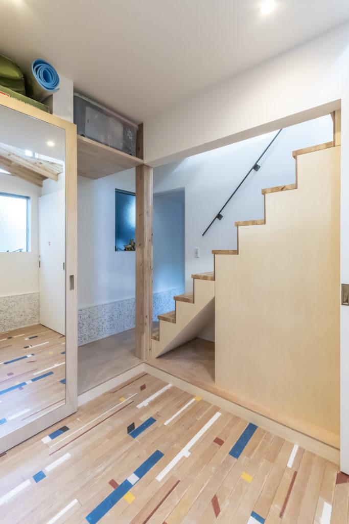 奥が玄関。1階は「お風呂とトイレと玄関とワードローブの動線がなるべく近くなるように」とリクエストした。