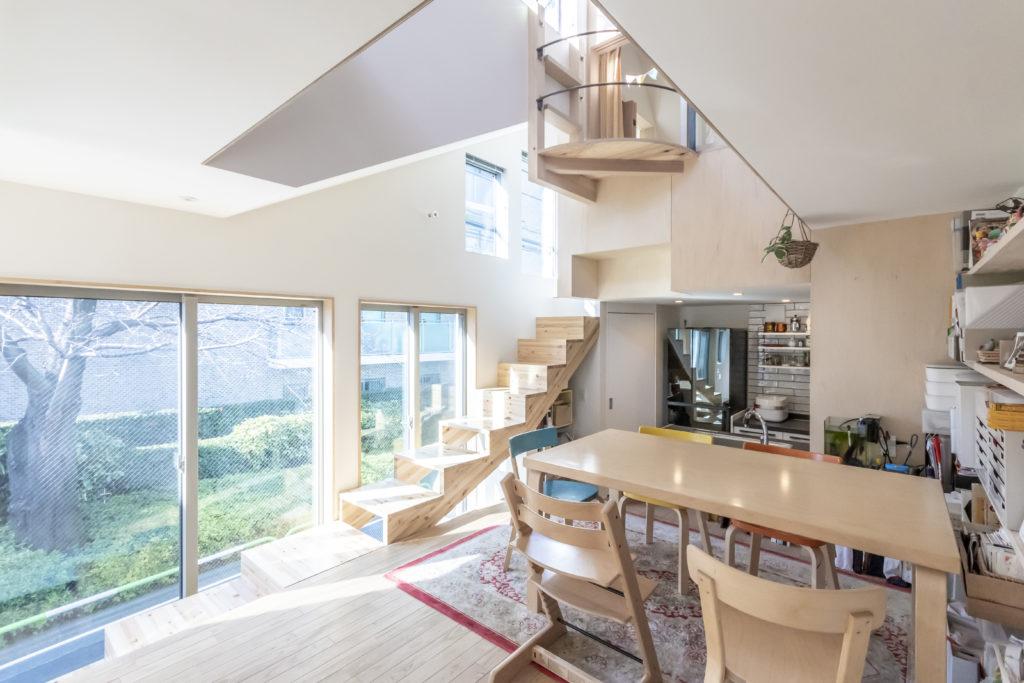 窓が通常よりも低く地面が近く感じられる。上るにつれ地面から離れていくように感じられる階段は花見の特等席となる。