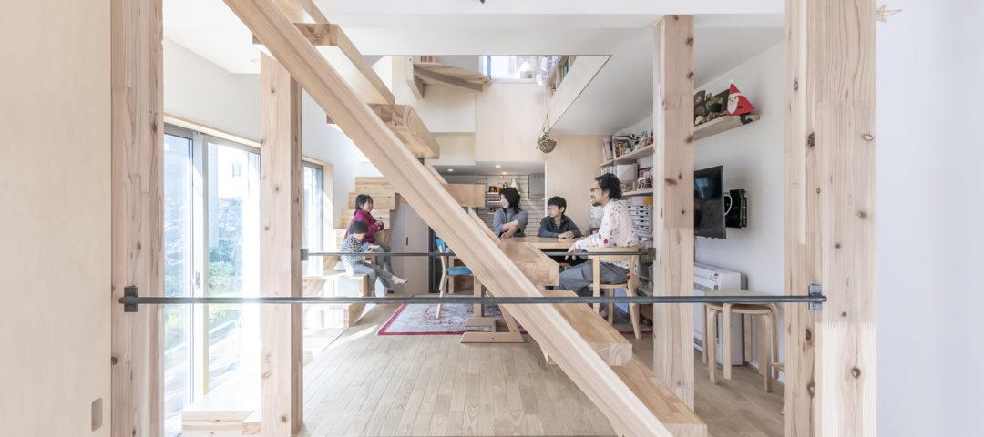 動線が各部屋をループ状につなぐ 家族の距離感を変えられて 暮らしやすい家