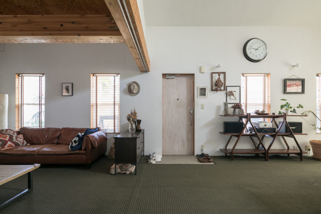 もともとはモルタルの床だったが、まちちゃんが誕生してから、転んでも痛くないようにカーペットを敷いた。「玄関の部分だけカットして靴を脱ぐスペースを作りました」