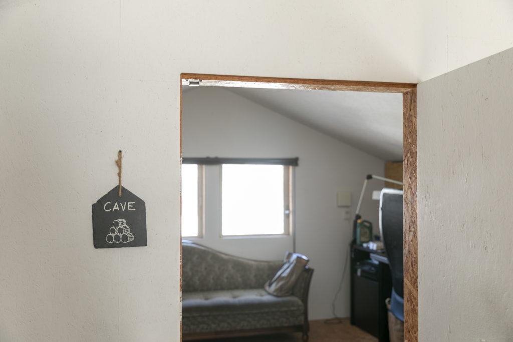 入り口にCAVE(洞窟)と書かれて部屋が多一郎さんの仕事場。低めのドアをくぐるようにして入る巣ごもり感がたまらない。