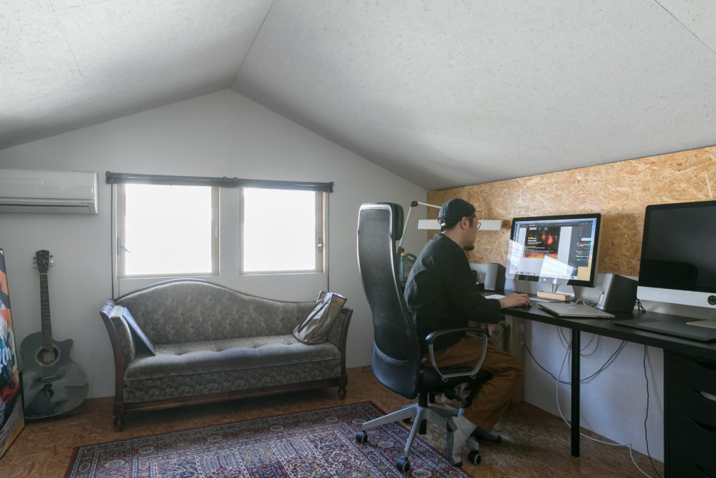 中二階のCAVE内が吉本さんの仕事場。ソファは大正時代のアンティーク。