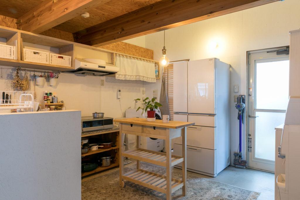 キッチンの床はモルタルのままにして、カーペットを敷いた。裏口もある。