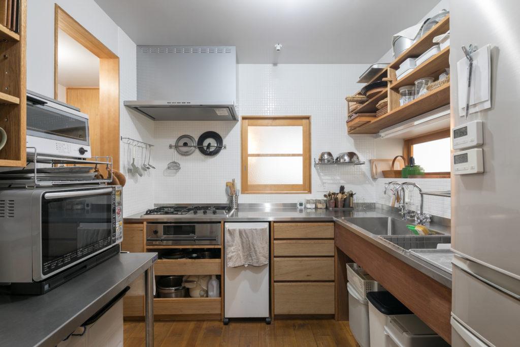 ご自身の使い方と器の寸法を熟知した園部さんが望んだコンパクトかつ収納力もあるキッチンスペース。道具類は見えるように扉などはつけなかった。