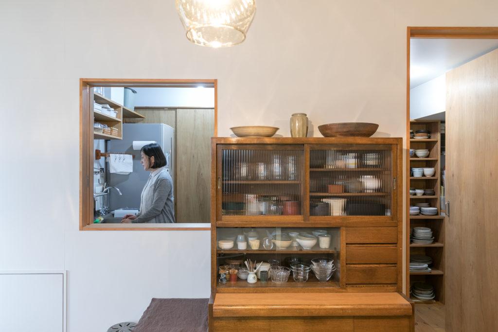 ダイニングから見たキッチン。この小窓からお皿の出し入れもできる。