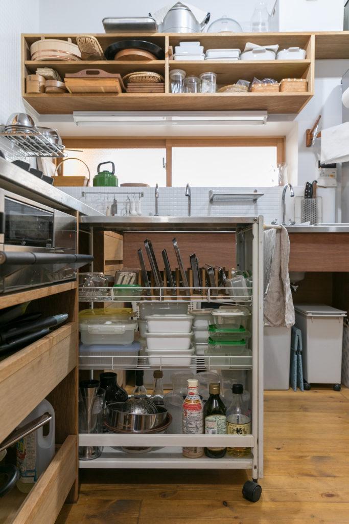 キッチンは以前から愛用していたワゴンが収納できるよう大工さんにつくってもらった。